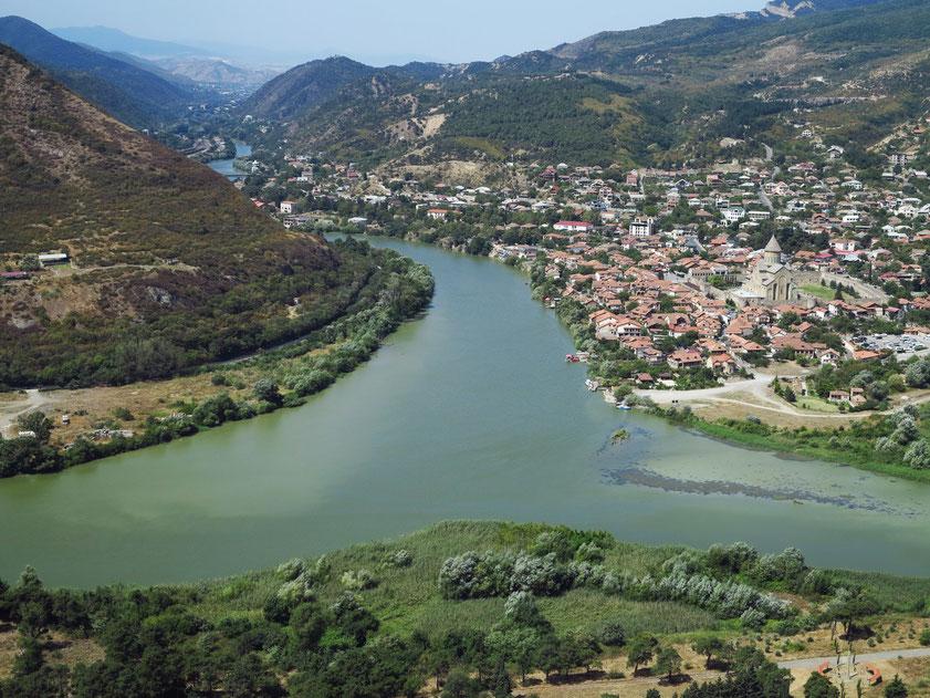 Alte Hauptstadt Georgiens: Mzcheta. Blick von der Dschwari-Kirche nach Westen auf den Fluss Kura und die Stadt