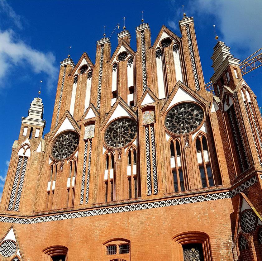Rathaus Frankfurt (Oder), Südgiebel sind mit zweigeschossig angeordneten Wimpergreihen mit Maßwerkzierstreifen zwischen Fialpfeilern, vermutlich ab Mitte des 13. Jahrhunderts errichtet