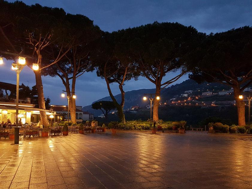 Ravello. Piazza Centrale am Abend nach dem Jazzkonzert in der Villa Rufolo