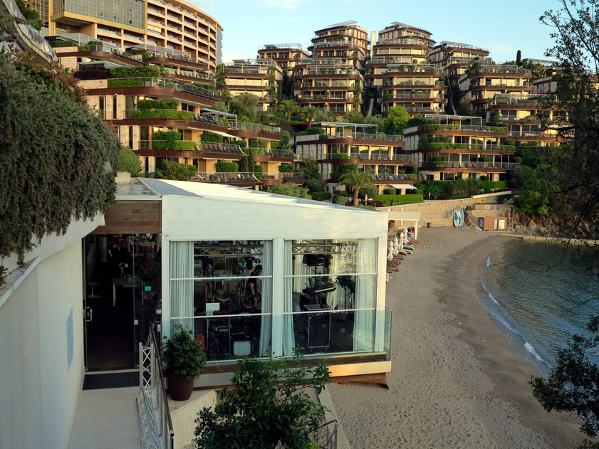Wohnanlage Dukley Gardens mit Dukley Beach Lounge im Vordergrund