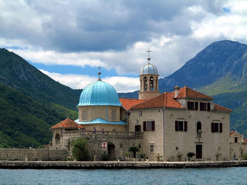 Gospa od Škrpjela  (Maria vom Felsen bzw. vom Riff) ist eine künstlich aufgeschüttete Insel vor der Küste von Perast in der Bucht von Kotor, Kirche von 1632