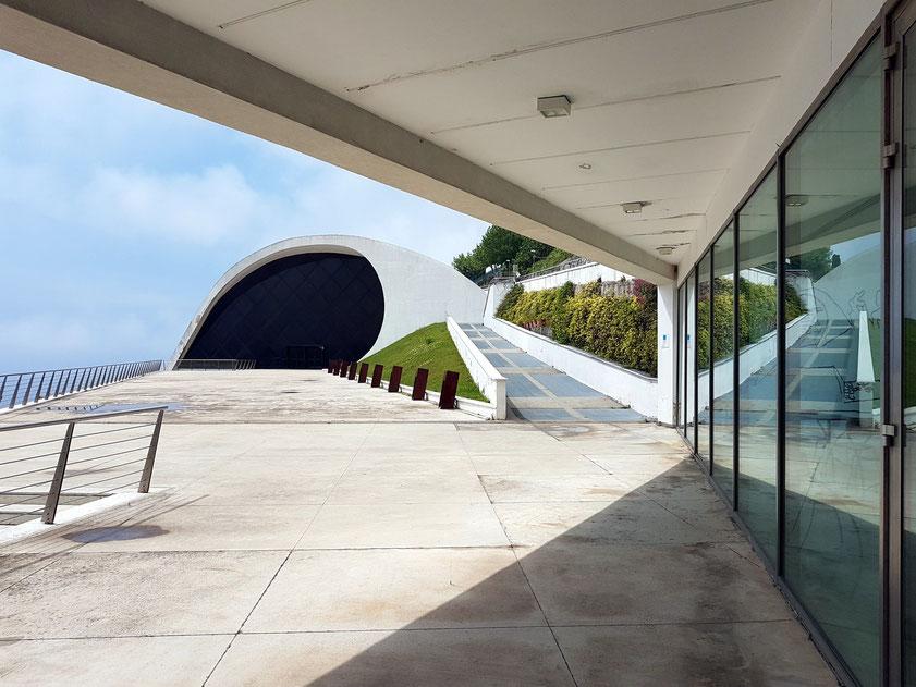 Ravello. Konzerthaus Oscar Niemeyer (2006-2010), Blick von der Terrasse auf den Konzertsaal