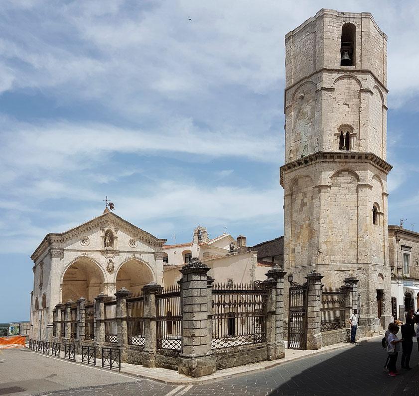 Monte Sant' Angelo. Das Heiligtum von San Michele Arcangelo, das älteste dem Erzengel Michael gewidmete Heiligtum Westeuropas und seit dem frühen Mittelalter ein wichtiger Wallfahrtsort, seit 2011 UNESCO-Weltkulturerbe. Achteckiger Campanile von 1282