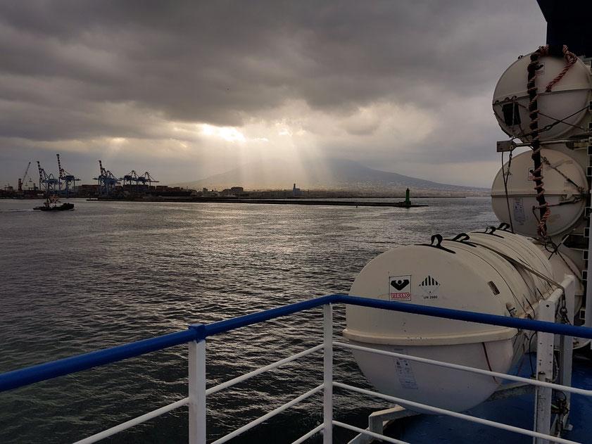 Blick vom Deck des Fährschiffs Caremar auf den Vesuv