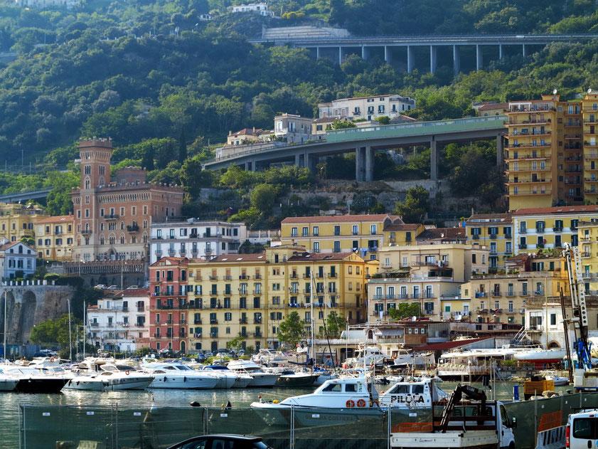 Salerno, Blick von der Stazione Marittima di Salerno nach Nordwesten zur Straße SS18 und zur Autobahn A3 (E45)