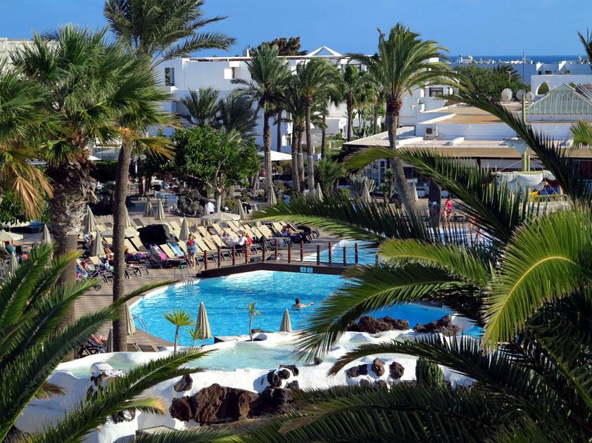 Hotel H10 Suites Lanzarote Gardens in Teguise. Blick von unserem Appartment 335 auf Poollandschaft, Speiseräume (rechts) und  die dreigeschossige Wohnanlage