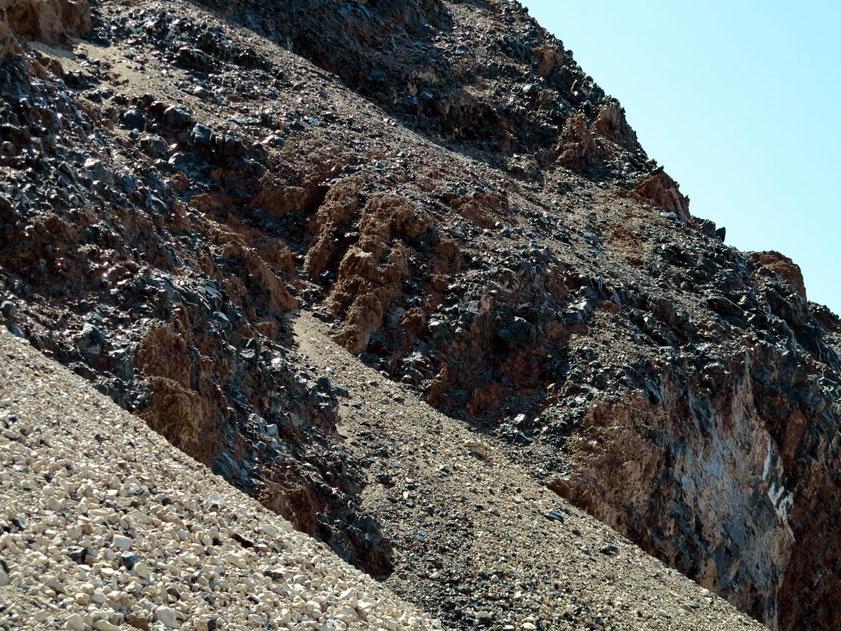Typisch für das vulkanische Gestein in Armenien sind die schwarzglänzenden Obsidiane (Gesteinsglas).