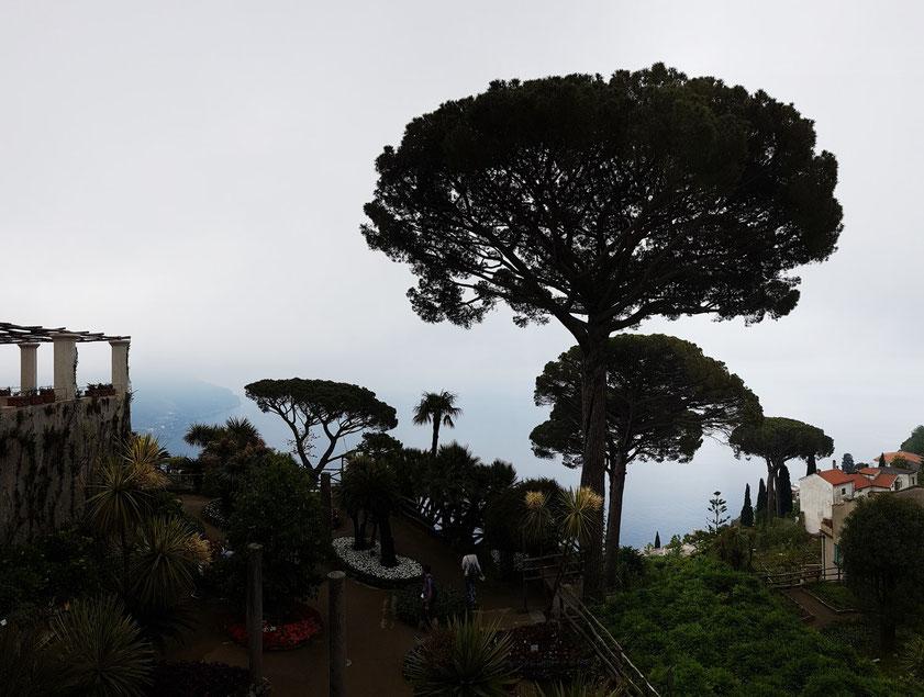 Gärten der Villa Rufolo mit Blick zum Meer mit der Amalfiküste im Nebel
