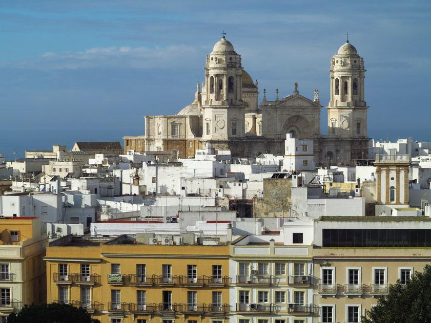 Cádiz, Kathedrale zum heiligen Kreuze über dem Meer. Blick vom Deck 12 der AIDAmar auf die Stadt