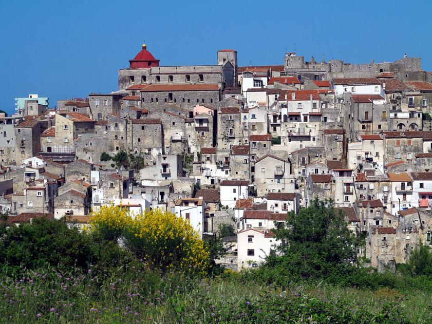 Vico del Gargano, im Sommer von Touristen bevölkert, im Winter fast ausgestorben