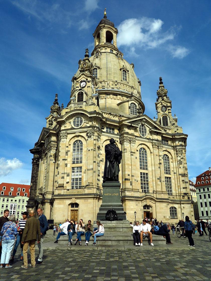Frauenkirche (1726-43) Meisterwerk des Baumeisters George Bähr, Höhepunkt protestantischen Kirchenbaus, im 2. Weltkrieg zerstörte und nach dem Wiederaufbau von 1993-2004 im Jahr 2005 erneut geweihte Barockkirche. Davor Luther-Denkmal von A. v. Donndorf