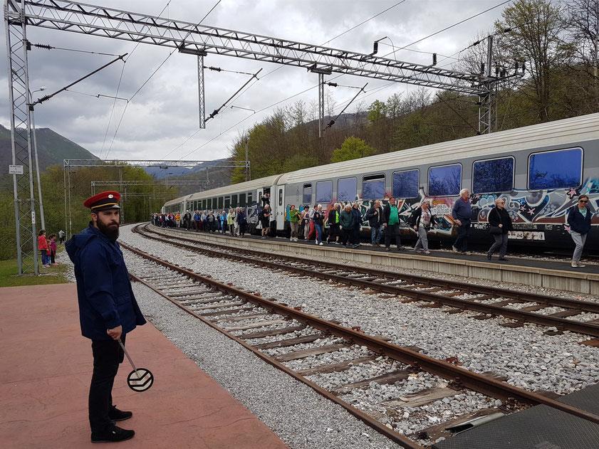 An der Strecke wurden in vorher unerschlossenen Gebieten Bahnhöfe angelegt. Der höchstgelegene Bahnhof ist mit 1025 m der in Kolašin.