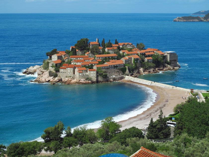 Hotelinsel Sveti Stefan von einem höher gelegenen Standort aus gesehen