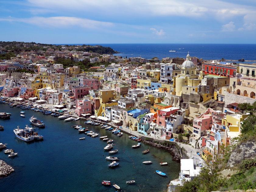 Procida. Blick von der Oberstadt auf Marina di Corricella