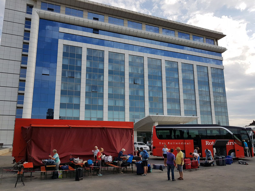 Das Rotel vor dem Hotel Caspian Business Palace, Packen für den Rückflug nach Deutschland
