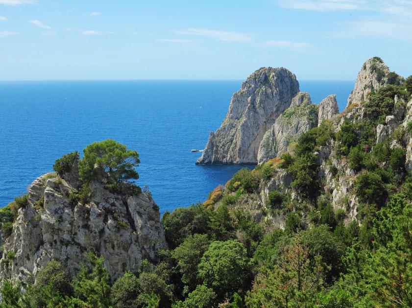 Capri, Rückseite der Faraglioni-Felsen (Wanderweg vom Arco Naturale nach Belvedere Tragara)