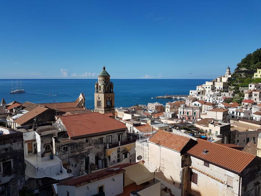Amalfi. Blick vom Dach der Casa MAO zum Meer