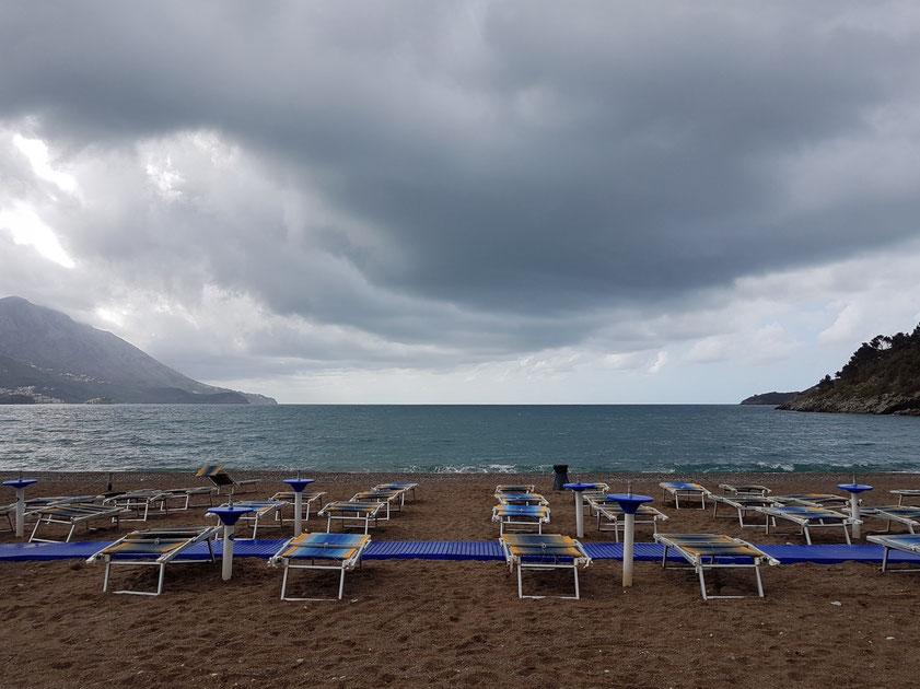 Regenwolke über dem Strand des Hotels Iberostar Bellevue