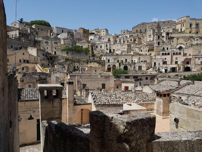 Blick nach Westen auf Sasso Barisano mit der Chiesa di San Pietro Barisano