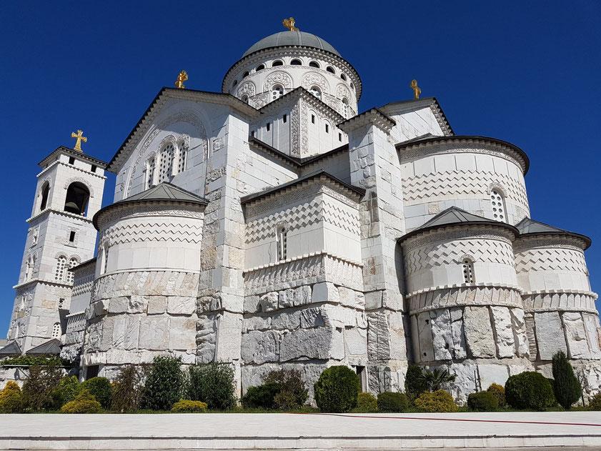 Rückansicht der Auferstehungskathedrale von Podgorica, 1993-2013 erbaut, größte orthodoxe Kirche Montenegros