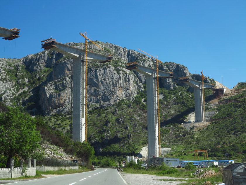 Neue Autobahnbrücke des Streckenabschnitts Podgorica-Kolašin nördlich von Podgorica im Bau (8.5.2019)