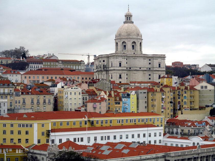 Blick von der AIDAmar im Kreuzfahrthafen Lissabon auf die Alfama und Igreja de Santa Engrácia (Panteão Nacional)