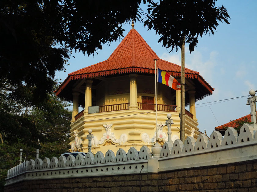 Buddhistischer Tempel Malwathu Maha Viharaya am Südufer des Kandy Lake