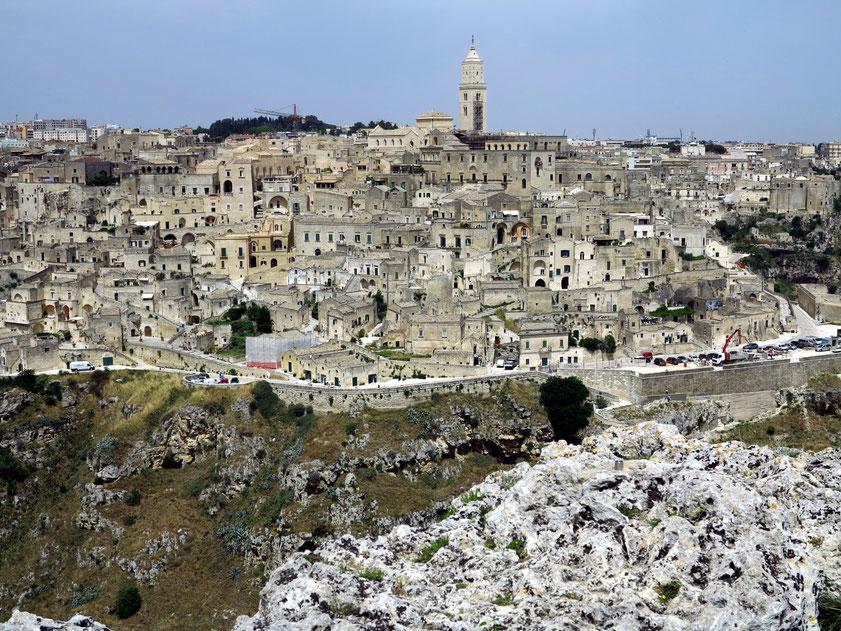 Blick vom Aussichtspunkt östlich des Torrente Gravina auf Matera und die Sassi
