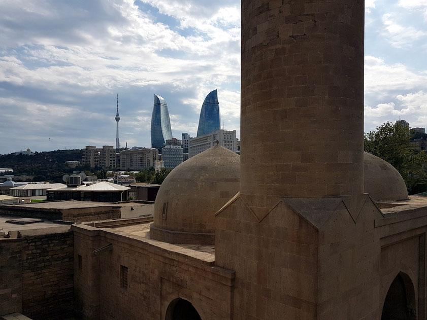 Mohammed-Moschee mit Blick zu den Flame Towers