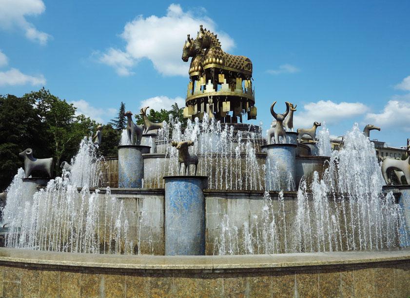 Kolchis-Brunnen auf dem Fontänenplatz mit der Nachbildung der legendären Goldschätze