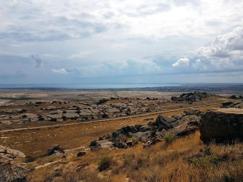 Blick vom Gobustan Nationalpark zum Kaspischen Meer