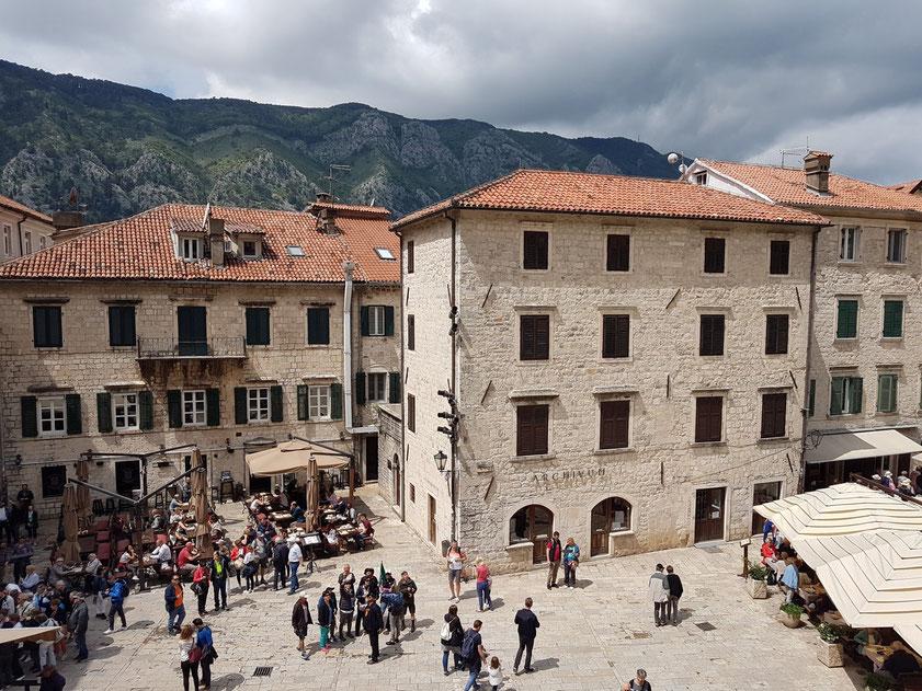 Blick von der Balustrade zwischen den Kirchtürmen der Sankt-Tryphon-Kathedrale auf die Altstadt von Kotor mit der Pjaca Sv. Tripuna