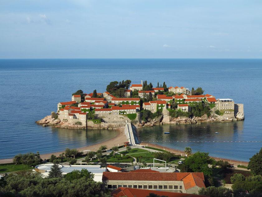 Fotostopp: Blick auf die Luxus-Hotelanlage Sveti Stefan
