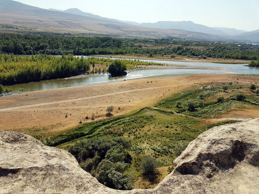 Blick von der Felsen- und Höhlenstadt Uplisziche auf den Fluss Kura