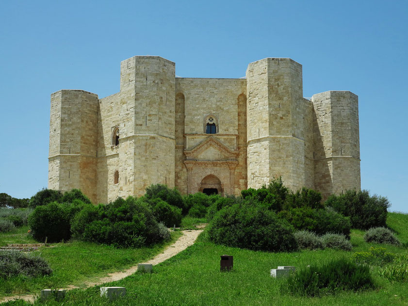 Castel del Monte, ein Bauwerk aus der Zeit des Stauferkaisers Friedrich II., von 1240 bis um 1250 errichtet. Blick auf das Eingangsportal im Osten