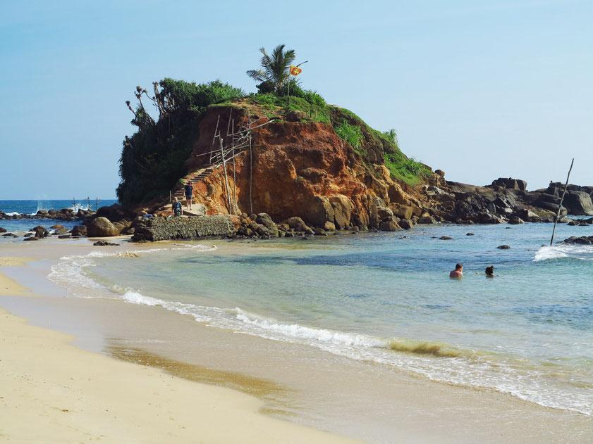 Mirissa Beach mit felsiger Halbinsel