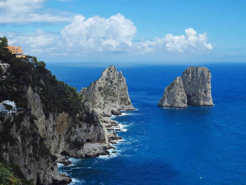 Die drei Faraglioni-Felsen auf Capri