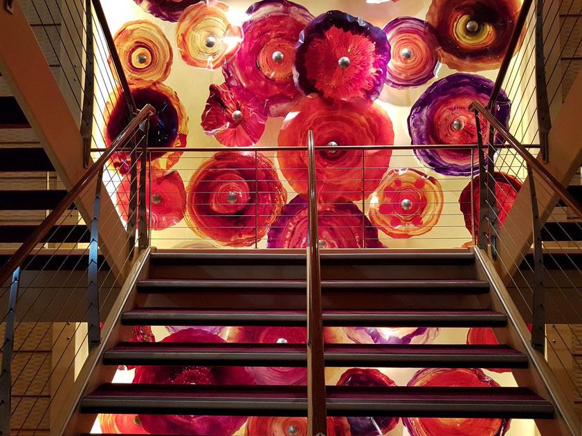 Treppenhaus mit Wandschmuck und Lichtdesign