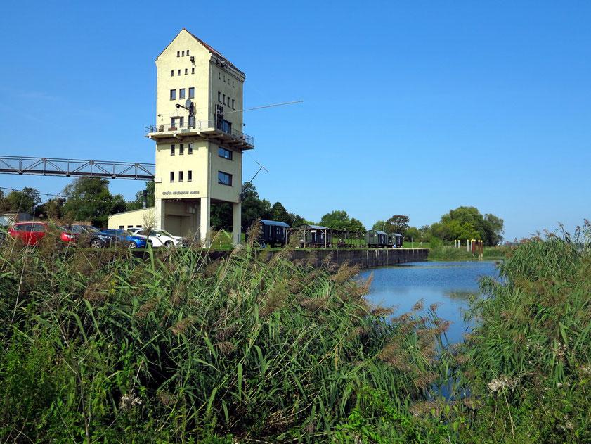 Ehemaliger Verladeturm im Hafen von Groß Neuendorf