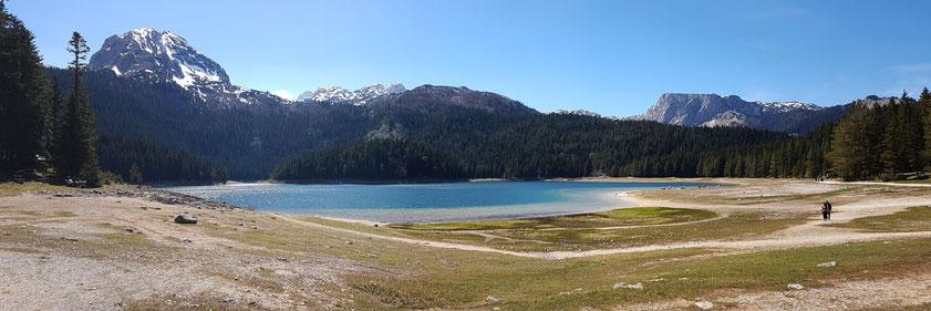 Im Durmitor Nationalpark. Blick auf den Crno Jezero (1416 m) und den Bobotov Kuk, mit 2522 m der höchste Berg Montenegros (Panoramaaufnahme)