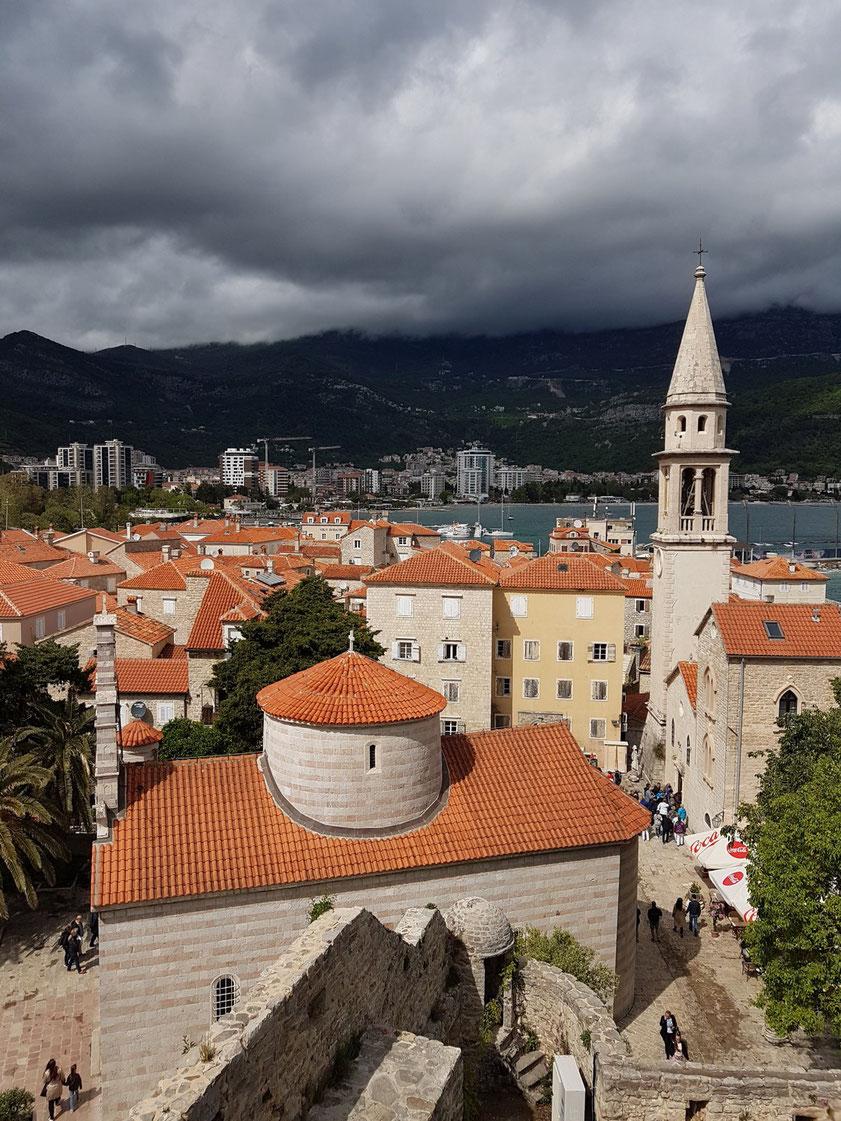 Blick von der Zitadelle in der Altstadt von Budva auf die serbisch-orthodoxe Dreifaltigkeitskirche und die römisch-katholische Kirche Sv. Ivan