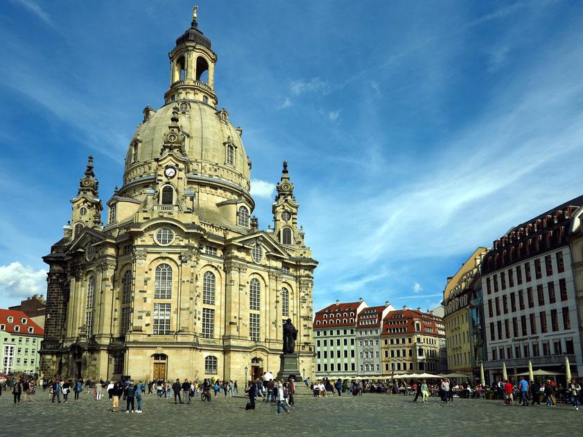 Neumarkt mit Frauenkirche. Die barocke Bebauung des Neumarkts wurde durch die Luftangriffe auf Dresden im Februar 1945 zu großen Teilen zerstört. Neubebauung mit Rekonstruktion vieler historischer Gebäude