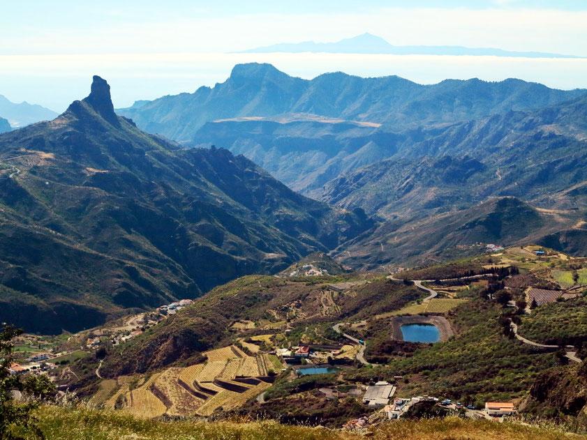 Blick vom Mirador de Degollada Becerra nach Westen auf den Roque Bentayga, am Horizont die Insel Teneriffa mit dem Pico del Teide