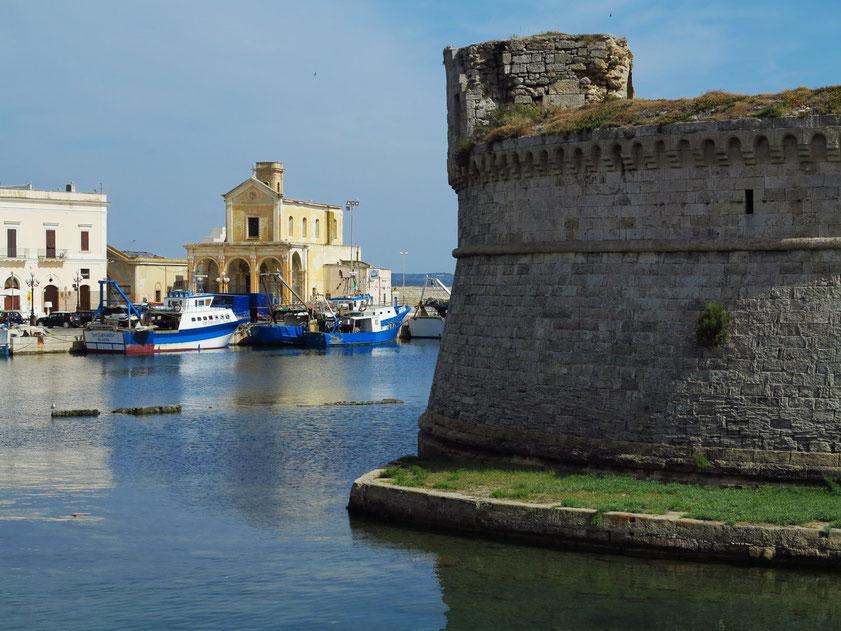 Gallipoli, Il Rivellino, im Hintergrund links die Chiesa di Maria SS del Canneto