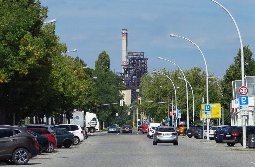 Eisenhüttenstadt, Lindenallee mit Blick auf den großen Hochofen 5A
