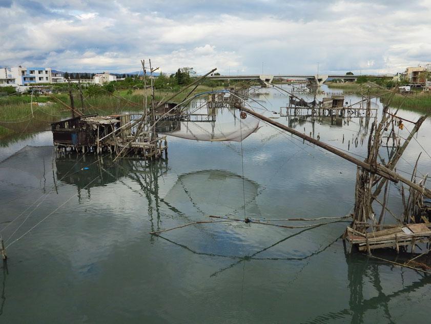 Ulcinj. Fischfarm Port Milena mit traditioneller Fangtechnik. (Eine ähnliche Fangtechnik findet man auf der anderen Seite der Adria auf der Halbinsel Gargano in Apulien.) In der Nähe befindet sich der mit 13 km längste Sandstrand der östlichen Adria.