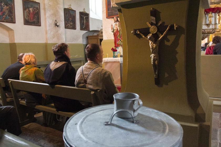 Žygio dalyviai mišiose Varnių Šv. Apaštalų Petro ir Pauliaus bažnyčioje