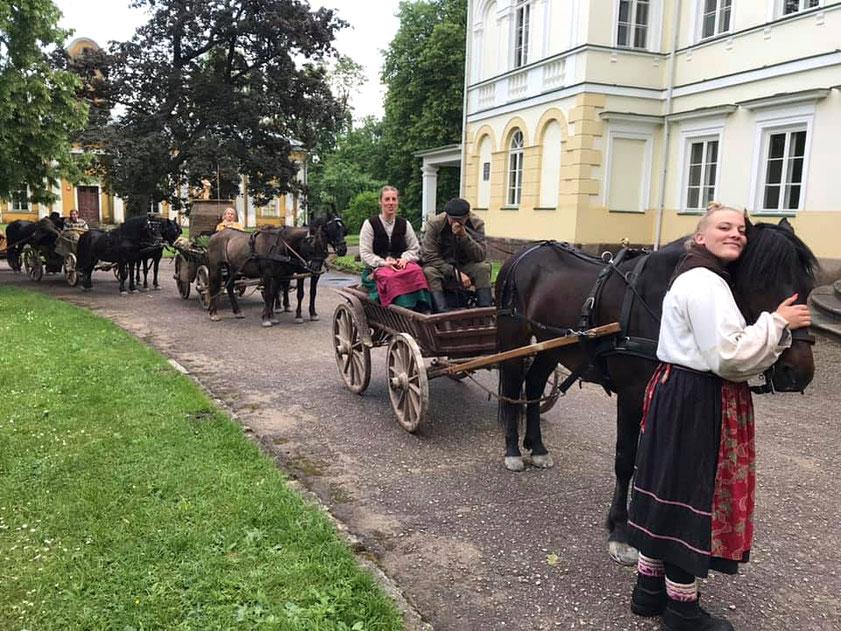 Žemaitukai ir vežimai prie Baisogalos dvaro