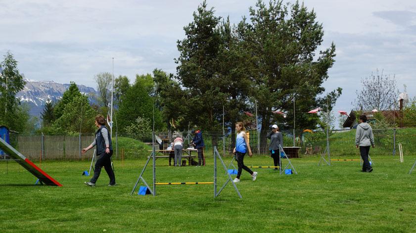 Die Trainingsteilnehmer beim Briefing des Parcours