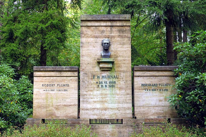 Grab von Friedrich Wilhelm Murnau. (* 28. Dezember 1888 als Friedrich Wilhelm Plumpe in Bielefeld; † 11. März 1931 in Santa Barbara, Kalifornien) gilt als einer der bedeutendsten deutschen Filmregisseure der Stummfilmära. Büste von Ludwig Manzel